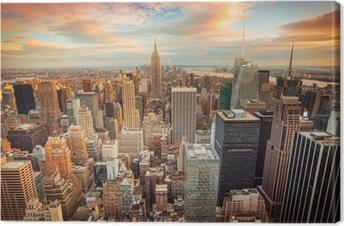 Auringonlaskunäkymä New Yorkin kaupunkilta, joka etsii Midtown Manhattanilta Kangastuloste