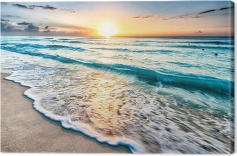 Auringonnousu yli rannalla cancunissa Kangastuloste