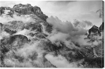 Dolomiitit vuoret mustavalkoisena Kangastuloste