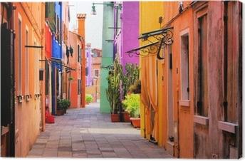 Värikäs katu burano, lähellä venetsia, italia Kangastuloste