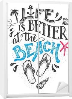 Het Leven Is Beter Aan Het Strand Hand Belettering Citaat Kaart Met Een Flip Flops Schoeisel Beach Teken Thuis Decor Isolatie Op Een Witte