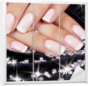 Kaststicker Mooie vrouw nagels met french manicure en diamanten.