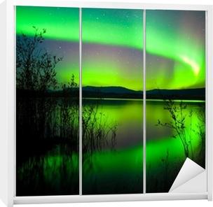 Kaststicker Northern lights weerspiegeld op meer