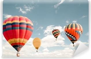 Kendinden Yapışkanlı Duvar Resmi Gökyüzünde uçan bağbozumu sıcak hava balonu. seyahat ve hava taşımacılığı konsepti - klasik ve retro filtre efekti tarzı. Tayland balon karnavalı