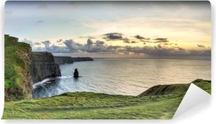 Kendinden Yapışkanlı Duvar Resmi İrlanda'da günbatımında Cliffs of Moher panoramik görünümü.