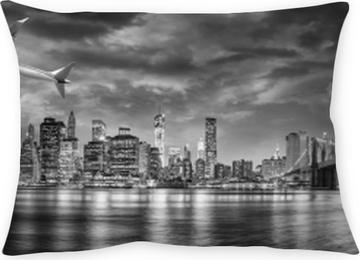 Kissenbezug Schwarzweiss-Ansicht des Flugzeugs New York City überfliegend