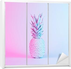 Klesskapklistremerke Ananas i pulserende fet gradient holografisk neonfarger. konseptkunst. minimal surrealistisk bakgrunn.