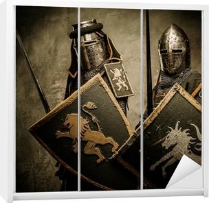 Klesskapklistremerke Middelaldrende riddere på grå bakgrunn.