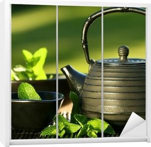 Klesskapklistremerke Svart jern asiatisk tekanne med sprigs av mynte for te