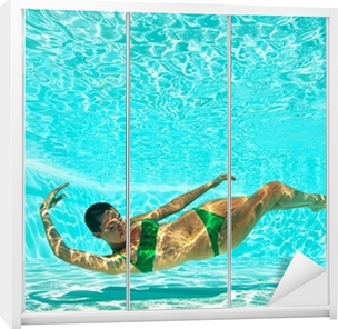 Klesskapklistremerke Undervanns kvinneportrett med grønn bikini i svømmebassenget.