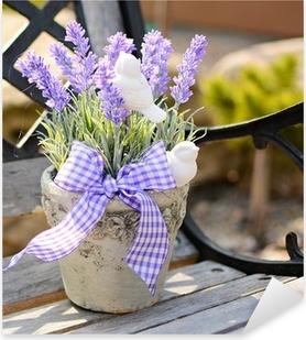 Lavendel i den gamle krukke på bænken. Boligindretning. Pixerstick klistermærke