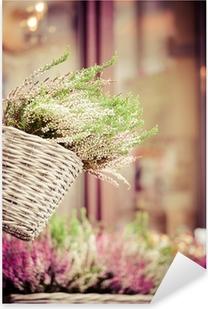 Lyserød og lilla lyng i dekorativ blomsterkrukke Pixerstick klistermærke