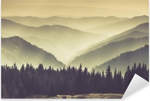 Pixerstick-klistremerke Landskap av tåkete fjell åser.