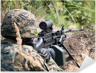 Pixerstick-klistremerke Soldat skyter sin maskingevær