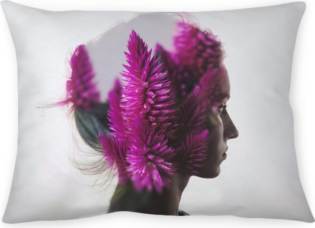 Kussensloop Creative dubbele belichting met het portret van een jong meisje en bloemen - Mensen