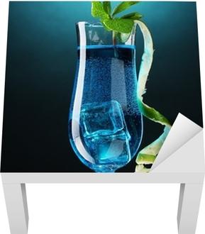 e17158f70ee5 Fototapet Blå cocktail i briller på blå bakgrunn • Pixers® - Vi lever for  forandring