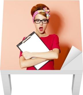 3cc5bc30ee54 Plakat Stil rødhåret jente i briller og brett på rosa bakgrunn. • Pixers® -  Vi lever for forandring