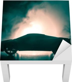 Bilen i skyggerne med glødende lys i svagt lys eller silhuet af sportbil mørk baggrund Lack bord klistermærke