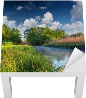 Puslu Nehri üzerinde renkli bahar manzara