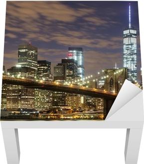 Brooklyn silta ja keskustan pilvenpiirtäjiä New Yorkissa iltahämärässä Lack-pöydän Pinnoitus