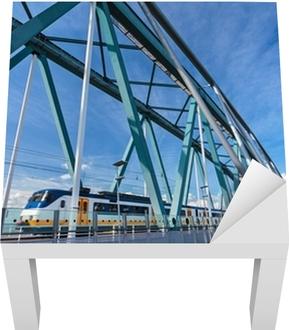 Lack Tafelsticker Nederlandse trein passeren van een brug in Nijmegen