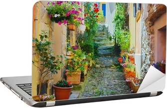 Laptop-Aufkleber Schmale und bunte Gasse in einem Dorf in der Provence