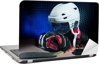 Hockey handsker, hjelm og pind lå på is. Laptop Klistermærke
