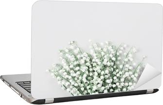 Vakker bukett med blomster lilje i dalen på pastellbordet ovenfra. minimal komposisjon og flat lay stil.