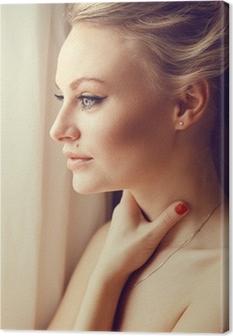 Emotive Portrat Der Jungen Schonen Frau Mit Langen Blonden Haaren