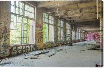 Leinwandbild Große Fenster in alten, verlassenen Fabrikhalle