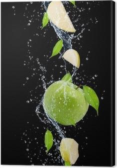 Leinwandbild Grüne Äpfel in Wasser spritzen, isoliert auf schwarzem Hintergrund