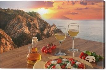Leinwandbild Italienische Pizza und Gläser Wein gegen Kalabrien Küste, Italien