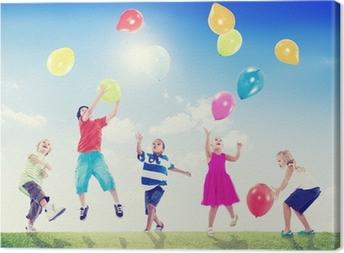 Leinwandbild Multikulturelle Kinder im Freien spielen mit Luftballons
