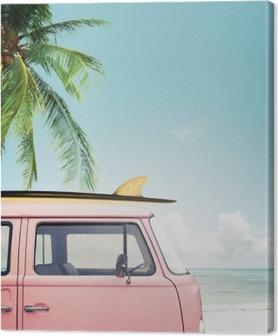 Leinwandbild Oldtimer auf dem tropischen Strand geparkt (Meer) mit einem Surfbrett auf dem Dach