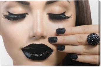 Leinwandbild Schönheit Mode Mädchen mit trendigen Caviar Black Maniküre und Make-up