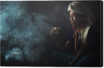 Leinwandbild Stammes- Frauen riechen Düfte aromatischen Kaffee. Sie pflanzte sich