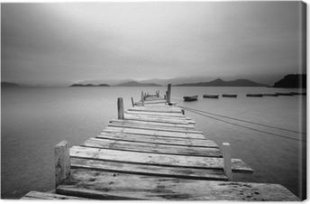 Leinwandbild Über ein Pier und Boote, schwarz und weiß