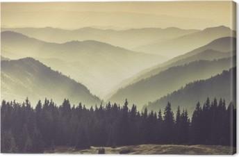 Lerretsbilde Landskap av tåkete fjell åser.