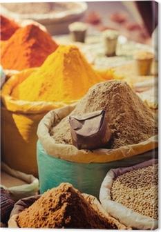 Lerretsbilde Tradisjonelle krydder og tørre frukter i lokal basar i India.