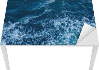 Masa Çıkartması Dalgalar ve köpük ile mavi deniz doku