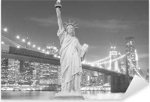 Naklejka Pixerstick Brooklyn Bridge i Statua Wolności w nocy