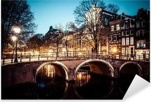 Naklejka Pixerstick Jednym z najsłynniejszych kanałów w Amsterdamie, w Holandii o zmierzchu.