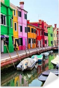Naklejka Pixerstick Kolorowe domy wzdłuż kanału w Burano, niedaleko Wenecji, Włochy