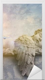 Naklejka na drzwi Śpiąca anioł w słońcu
