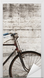 Naklejka na drzwi Utlenione lub retro antyczne rower na zewnątrz, na betonowej ścianie
