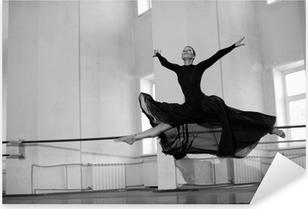 Naklejka Pixerstick Skok treningowy baletnicą