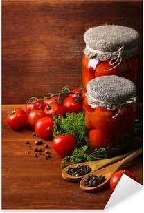 Naklejka Pixerstick Smaczne konserwy i świeże pomidory na drewnianym stole