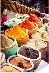 Naklejka Pixerstick Tradycyjne przyprawy i suszone owoce w lokalnym bazarze w Indiach.