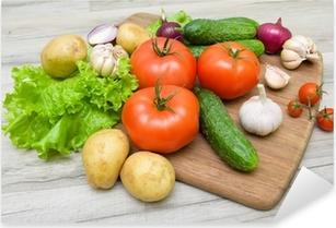 Naklejka Pixerstick Warzywa na pokładzie cięcia na drewnianym stole