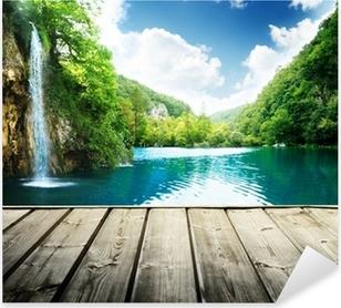 Naklejka Pixerstick Wodospad w głębokim lesie w Chorwacji i drewna molo